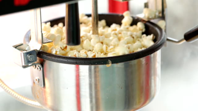 stockvideo's en b-roll-footage met a static shot of a commercial popcorn machine. - popcorn