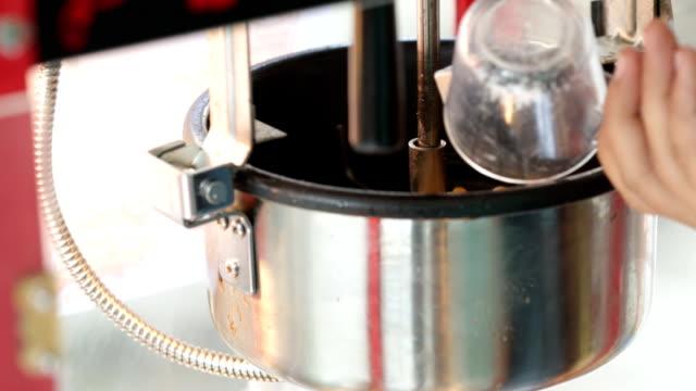 vídeos de stock, filmes e b-roll de uma foto estática de uma máquina de pipoca comercial. - balde pipoca