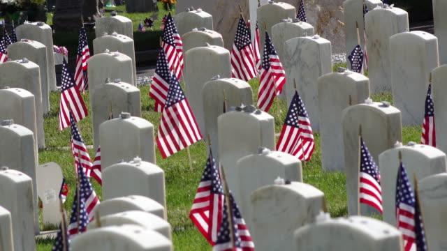 vídeos de stock, filmes e b-roll de tiro estático de lápides militares - monumento