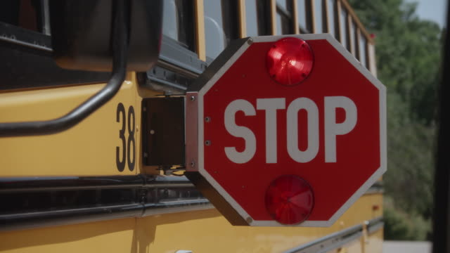 vídeos y material grabado en eventos de stock de tiro estático de autobús escolar señal de stop intermitente - stop sign