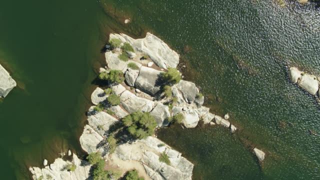 シエラネバダの貯水池の岩の静的トップダウンドローンショット - カリフォルニアシエラネバダ点の映像素材/bロール