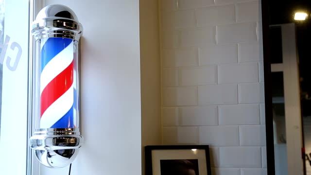 un static vista della rotazione normale vintage insegna da barbiere inglese - asta oggetto creato dall'uomo video stock e b–roll