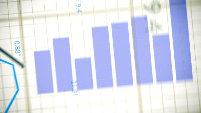 statistik-konzept. kamera bewegt sich über wachsende finanz-charts und diagramme. - effektivität stock-videos und b-roll-filmmaterial
