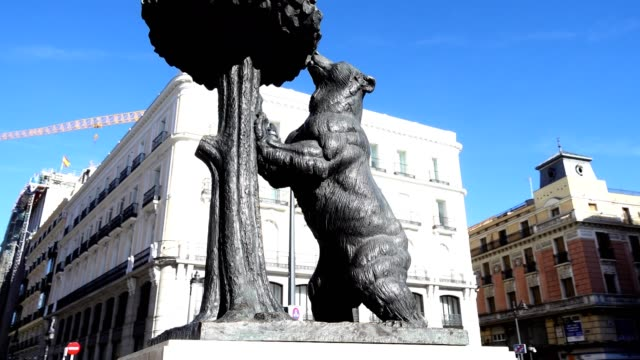 "statue ""bear and tree strawberry"". madrid, spain. - madrid video stock e b–roll"