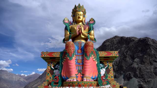 staty av buddha bild i tibetanska stlye vid diskit kloster, nubra valley, ladakh, indien - india statue bildbanksvideor och videomaterial från bakom kulisserna