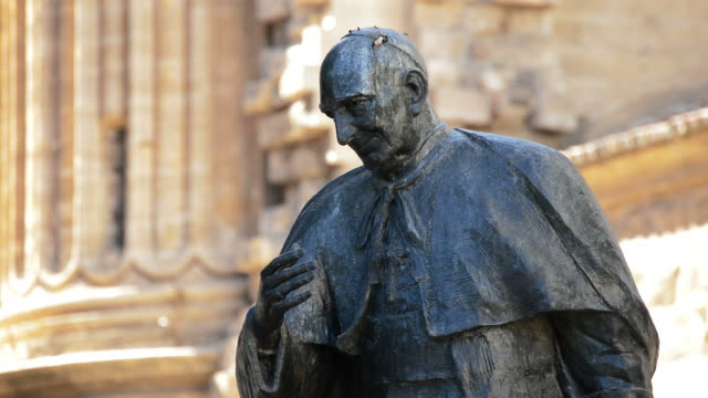 staty av herrera oria, i exteriörer av katedralen i malaga, spanien - påve bildbanksvideor och videomaterial från bakom kulisserna