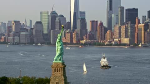 vídeos y material grabado en eventos de stock de estatua de la libertad y manhattan más baja sol aéreo - cultura estadounidense