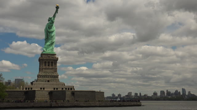 NEW YORK: Statue of Liberty and Manhattan panorama seen from a vessel, real time, video