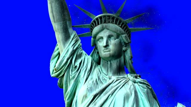 freiheitsstatue liberty bröckelt auf einem blauen bildschirm - dominanz stock-videos und b-roll-filmmaterial