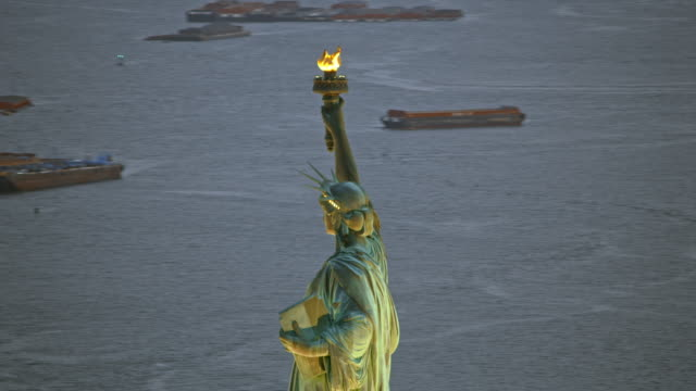aerial statue of liberty in new york harbor in the evening - chiatta video stock e b–roll