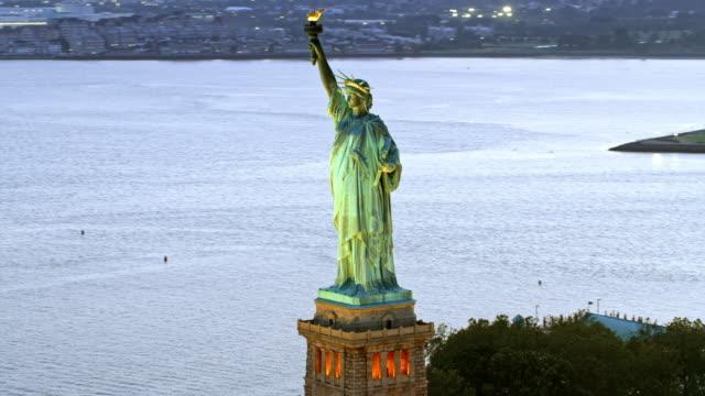 黃昏時燈光照亮的空中自由女神像 - 航拍 個影片檔及 b 捲影像