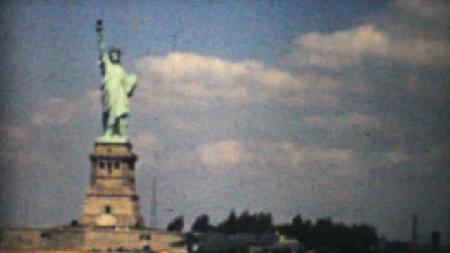 stockvideo's en b-roll-footage met statue of liberty new york skyline-1940 vintage 8mm - summer style