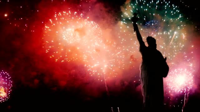 vidéos et rushes de statue de la liberté sur le fond d'artifice d'indépendance - patriotisme