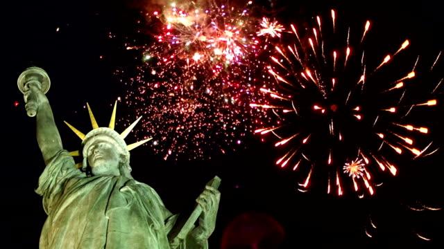 自由女神像與煙花在後面 (紐約) - independence day 個影片檔及 b 捲影像