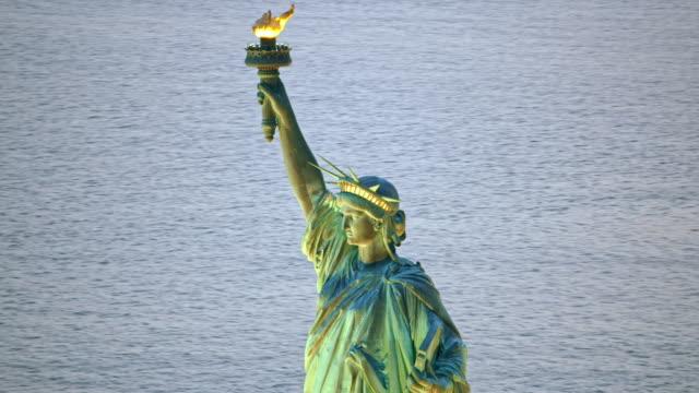 空中自由女神像在晚上點燃火炬 - 航拍 個影片檔及 b 捲影像