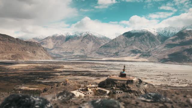 stockvideo's en b-roll-footage met standbeeld van maitreya boeddha in diskit klooster nubra vallei leh ladakh met himalaya - klooster