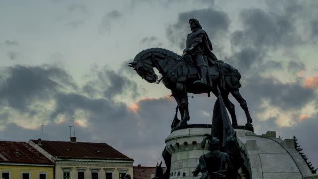 vídeos de stock e filmes b-roll de estátua de matei corvin no centro cluj napoca, transilvânia - dia de reis