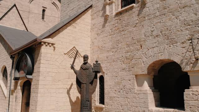 vidéos et rushes de statue de saint nicolas dans l'église saint-nicolas de bari. - saint nicolas