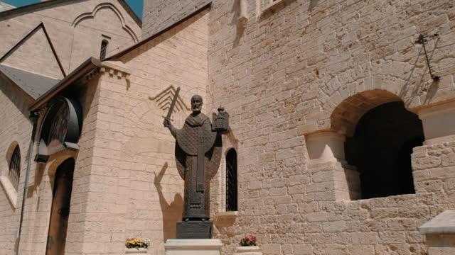 vidéos et rushes de statue de saint nicolas dans l'église saint-nicolas à bari. - saint nicolas