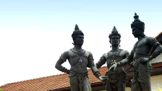 stockvideo's en b-roll-footage met standbeeld van de drie koningen monument van chiang mai, thailand. - {{asset.href}}