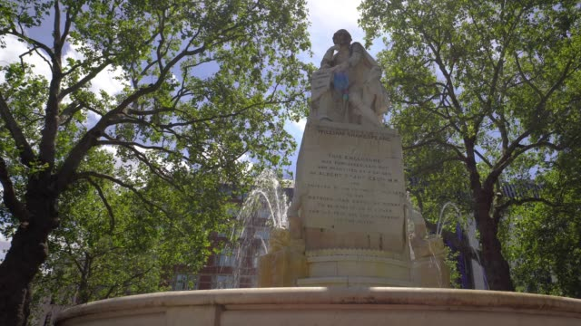 Statue of William Shakespeare, Leicester Square with camera move. - vídeo