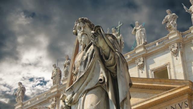 statyer pryder den magnifika katedralen saint peter i vatikanen - peter the apostle bildbanksvideor och videomaterial från bakom kulisserna