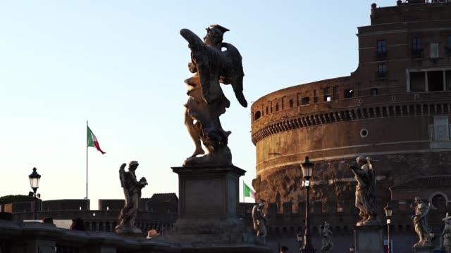 sant angelo köprüsü heykelleri, vatikan, roma, i̇talya. - papa stok videoları ve detay görüntü çekimi