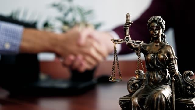 vidéos et rushes de statuette de dame justice sur le close-up de table - notaire