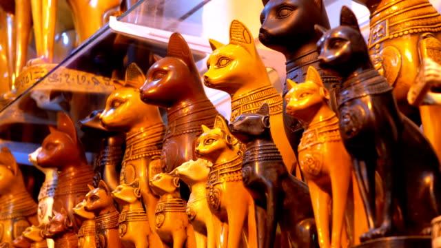 statuetten ägyptischer steinkatzen und anderer produkte in den ladenregalen in ägypten - antique shop stock-videos und b-roll-filmmaterial
