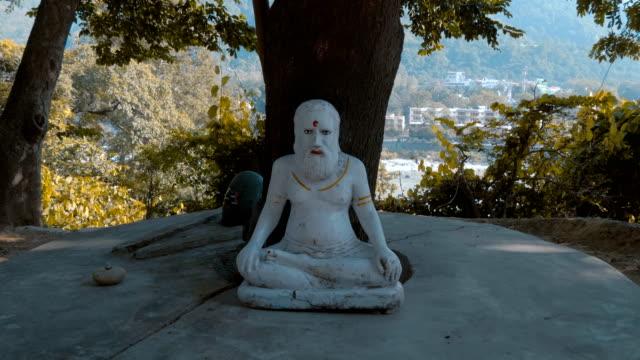 statyetter av traditionella indiska gudar är kan ses på olika platser - india statue bildbanksvideor och videomaterial från bakom kulisserna