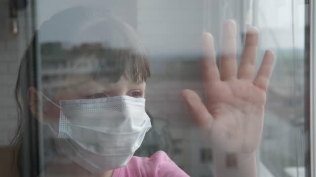 bleiben sie zu hause bei epidemie. - patientin stock-videos und b-roll-filmmaterial