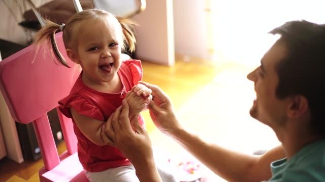 vídeos y material grabado en eventos de stock de padre y su hija se quedan en casa - padre que se queda en casa
