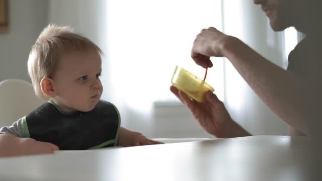 Bleiben Sie zu Hause Vater Sohn Baby füttern – Video