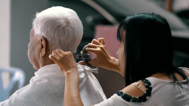 bleiben sie zu hause quarantäne : haarschnitt zu hause - friseur lockdown stock-videos und b-roll-filmmaterial