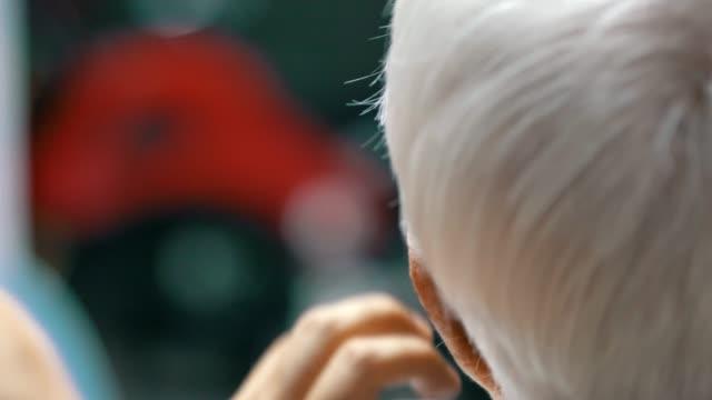 pozostań w kwarantannie domowej : home haircut - siwe włosy filmów i materiałów b-roll