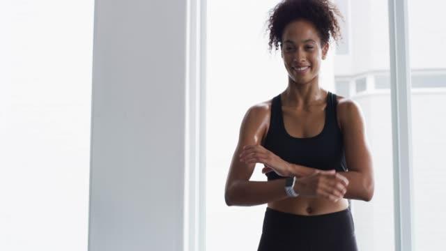 förbli konsekvent, håll dig i form - gym skratt bildbanksvideor och videomaterial från bakom kulisserna
