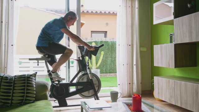vídeos de stock e filmes b-roll de stay fit at home - treino em casa