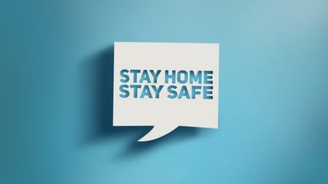 stay home stay safe warntext in square speech bubble auf blauem hintergrund in 4k-auflösung - krankheitsverhinderung stock-videos und b-roll-filmmaterial