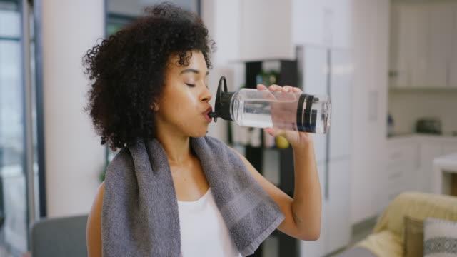 att hålla sig hydratiserad för att behålla sin energi - black woman towel workout bildbanksvideor och videomaterial från bakom kulisserna