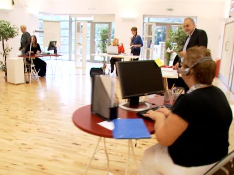 steadicam busy office environment - formella kontorskläder bildbanksvideor och videomaterial från bakom kulisserna