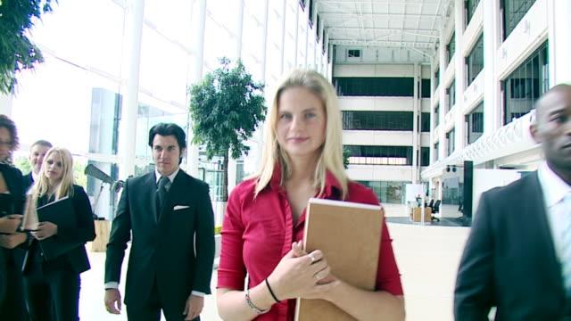 Steadicam ouverte scène de bureau haute définition - Vidéo