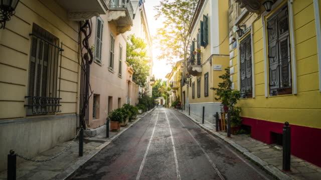 vídeos de stock, filmes e b-roll de steadicam: rua estreita idílica no distrito atenas de plaka, greece - atenas grécia