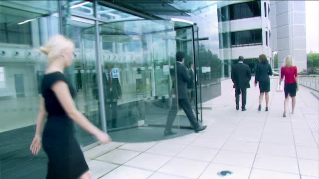 vídeos de stock e filmes b-roll de steadicam grande escritório ambiente em hd - stabilized shot