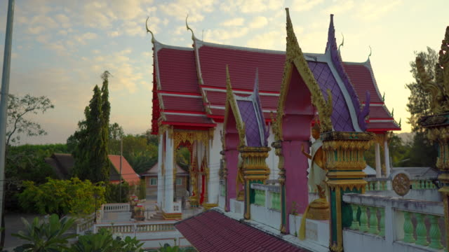 steadicam shot of the wat srisoonthorn temple on phuket island, thailand. travel to thailand concept - пхукет стоковые видео и кадры b-roll