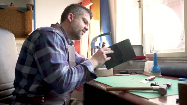 처리의 꾸준한 진행 - 한 명의 중년 남자만 스톡 비디오 및 b-롤 화면