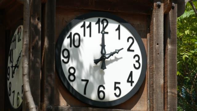 vídeos y material grabado en eventos de stock de disparo constante de reloj redondo blanco montado en una caja de madera, sin una segunda mano - wall clock