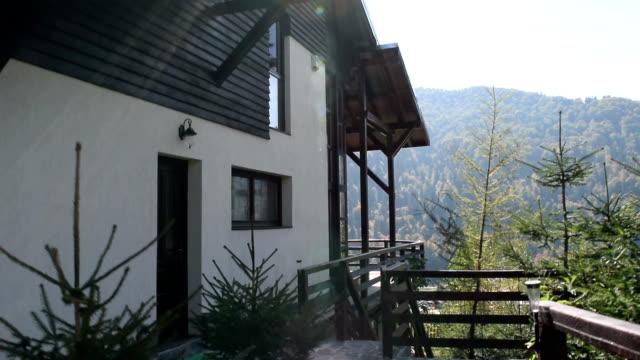 steadycam aufnahme eines neuen modernen mountain kabine und den blick von der terrasse - wohngebäude innenansicht stock-videos und b-roll-filmmaterial