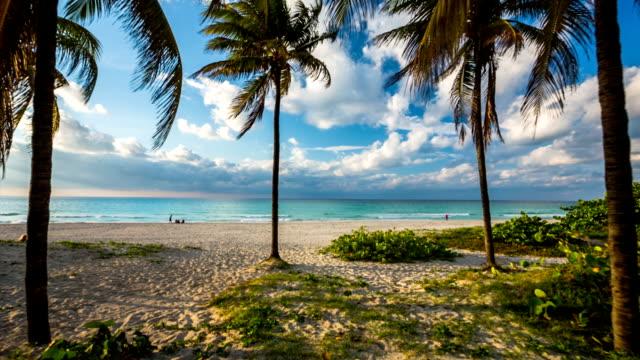 vídeos y material grabado en eventos de stock de steadycam toma de la playa tropical perfecto en cuba, de veradero - stabilized shot