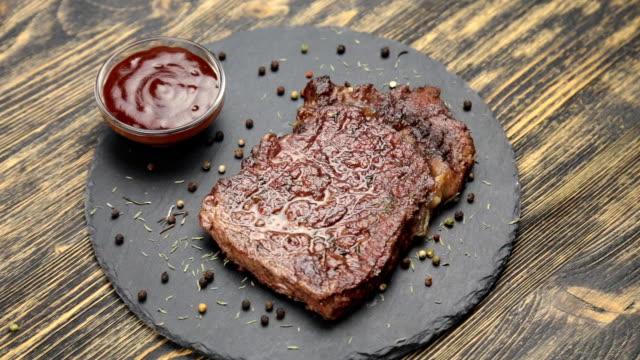 vídeos de stock e filmes b-roll de steak and sauce rotate - beef angus
