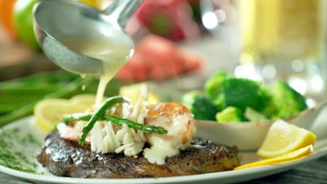 vídeos de stock e filmes b-roll de steak and shrimp with butter. surf and turf. - brócolo